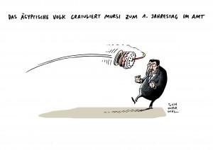 In Ägypten protestieren Menschen ein Jahr nach Amtsübernahme gegen Mursi und dessen Politik Karikatur Schwarwel